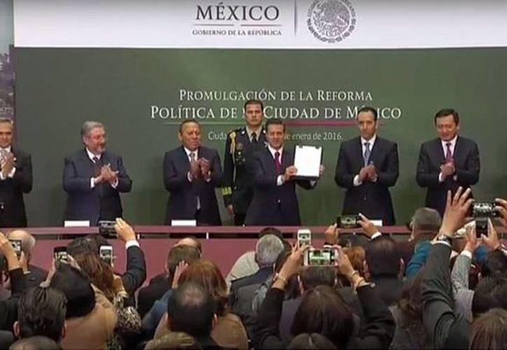 El Presidente de México muestra la firma de la promulgación de la Reforma Política de la Ciudad de México. (@PresidenciaMX)