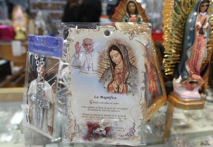 Aseguran que los boletos para asistir a los eventos que presidirá el Papa Francisco serán gratis. Ante la visita del Pontífice a México ya se pueden encontrar algunos recuerdos del Santo Padre. (Notimex)