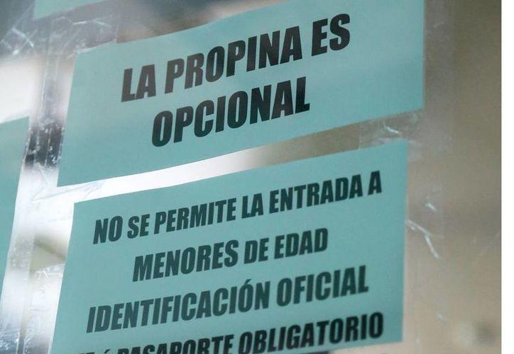 Se han colocado este tipo de letreros en la entrada de algunos negocios. (Jesús Tijerina/SIPSE)