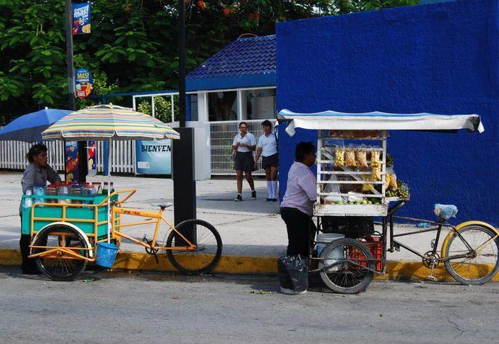 Existen cientos de personas que llegan de diversas ciudades como Chiapas, Oaxaca y Tabasco para trabajar como vendedores ambulantes. (Tomás Álvarez/SIPSE)