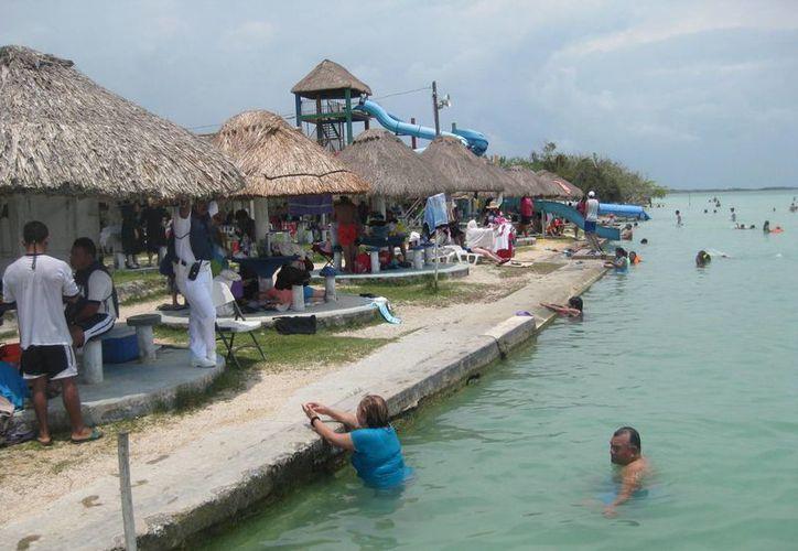 El balneario ejidal es utilizado principalmente por gente local, la mayoría de las familias trae sus propios alimentos para no gastar y casi no consumen en los restaurantes del lugar. (Javier Ortiz/SIPSE)