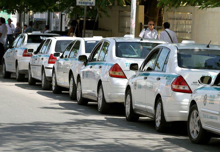 Los taxistas hicieron presiones para que lleve a cabo los emplacamientos. (Adrián Barreto/SIPSE)
