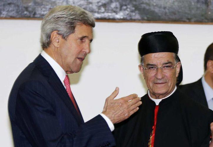 Secretario de Estado, John Kerry se reúne con el patriarca maronita Beshara al-Rai en Beirut. (Agencias)