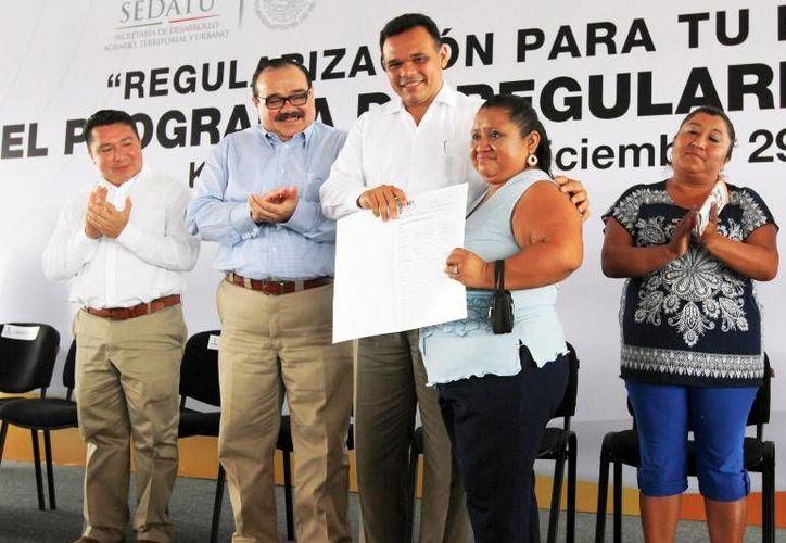 El Gobernador (c) entregó los primeros contratos de regularización y títulos de propiedad del programa Regularización para tu Bienestar a 21 familias de Kanasín. (Cortesía).