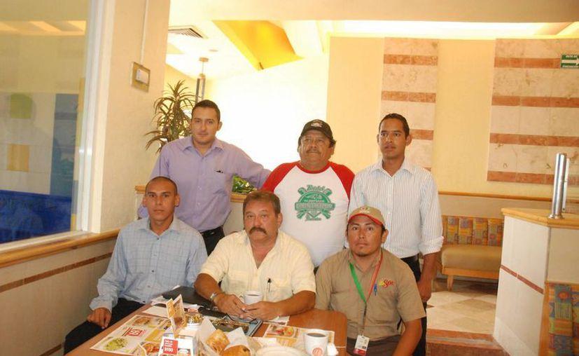 Miguel Gamboa y los umpires de Liga Mexicana, Pedro Tun, Jesús López, Rodolfo Pastrana, Roberto Flores y Martín Pool en conferencia. (Raúl Caballero/SIPSE)
