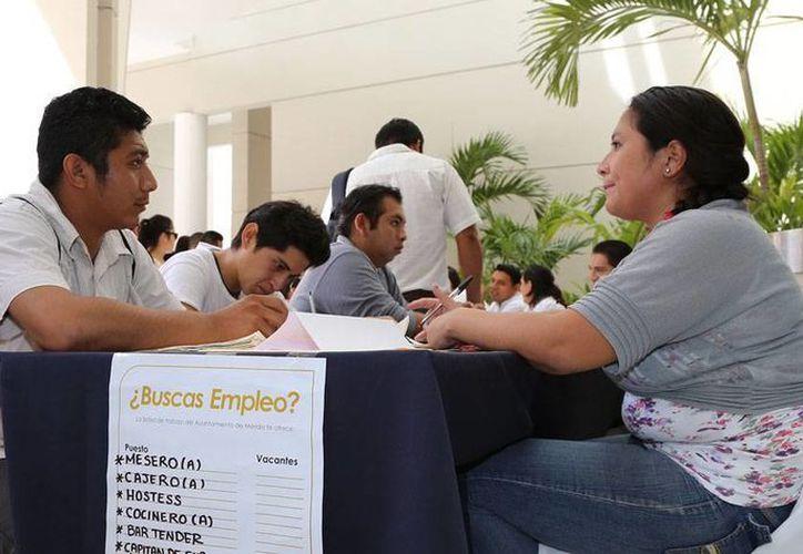 En México hay 36.2 millones de jóvenes, la tercera parte de la población del país; de los que logran concluir una carrera universitaria sólo 40 por ciento trabaja en algo relacionado con lo que estudió. Imagen de una entrevista de trabajo en feria de empleo. (Cortesía)