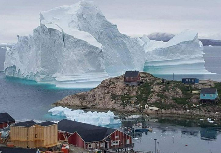 En la imagen, un iceberg gigante tras la localidad de Innaarsuit, Groenlandia, el 12 de julio de 2018. (Reuters)