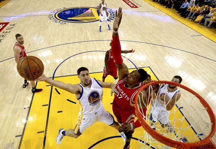 Golden State se encuentra a dos victorias de avanzar a la siguiente ronda de los Playoffs de la NBA.(AP)