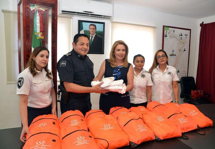 El Sistema DIF Benito Juárez hizo entrega de los primeros paquetes en la oficina de Seguridad Pública. (Cortesía)