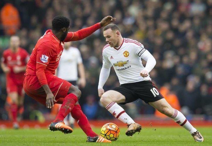 Con un gol ante Liverpool, Wayne Rooney (d) no solo le dio tres puntos al Manchester United sino que se convirtió en el jugador con más goles con un solo equipo en la Liga de futbol soccer de Inglaterra. (AP)