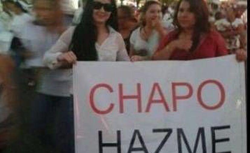 Decenas de personas marcharon el miércoles en calles de Sinaloa a favor de la liberación de Joaquín Guzmán Loera, quien fuera hasta hace poco el narco más buscado del mundo. (Milenio)
