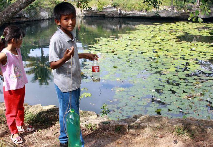 Los infantes acuden a temprana hora para capturar el mayor número de peces. (Luis Soto/SIPSE)