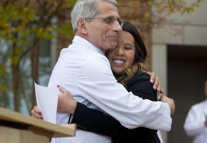 Nina Pham, la enfermera que se encontraba enferma de ébola, es abrazada por el Dr. Anthony Fauci, director del Instituto Nacional de Alergias y Enfermedades Infecciosas, a las fueras de los  Institutos Nacionales de Salud (NIH) en Bethesda, Maryland. (Agencias)