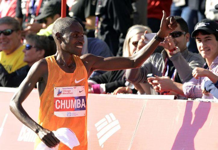Dickson Chumba, de 29 años, completó el trayecto en 2:09:25 seguido a 25 segundos por su compatriota Sammy Kitwara en el Maratón de Chicago. (AP)
