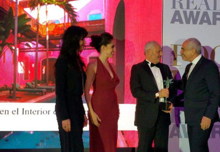 Imagen de la entrega del galardón a Mejor Hotel Urbano de México a Carol Kolozs Fishers (derecha), propietario de Rosa & Xocolate, en una glamurosa ceremonia realizada en la Ciudad de México. (Candelario Robles/SIPSE)