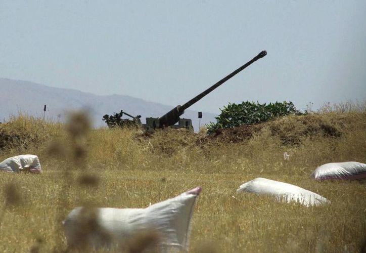 Foto del 1 de julio de 2001 donde se aprecia un cañón antiaéreo sirio en el valle oriental de Beka, en Líbano. (Agencias)