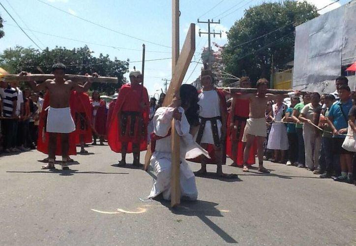 La primera caída de Jesús, en la representación que realiza la parroquia de Nuestra Señora de Guadalupe. (Jazmín Ramos/SIPSE)