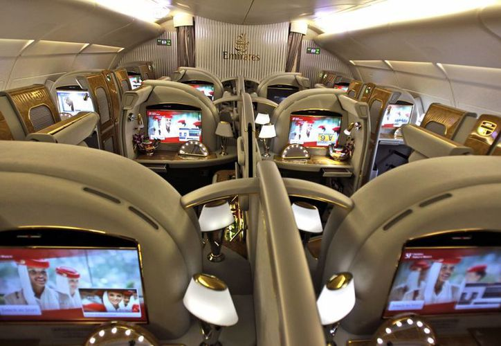 Asientos de primera clase de un Airbus A380 de la Emirates Airlines que se prepara para iniciar un vuelo en Dubai. (Agencias)
