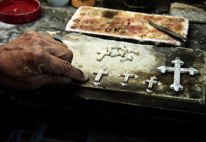 En Yucatán, ya sólo quedan 15 personas que se dedican a la confección de filigrana, utilizada para fabricar uno de los accesorios básicos del terno, traje típico de la mujer yucateca. (Fotos: José Acosta/SIPSE)