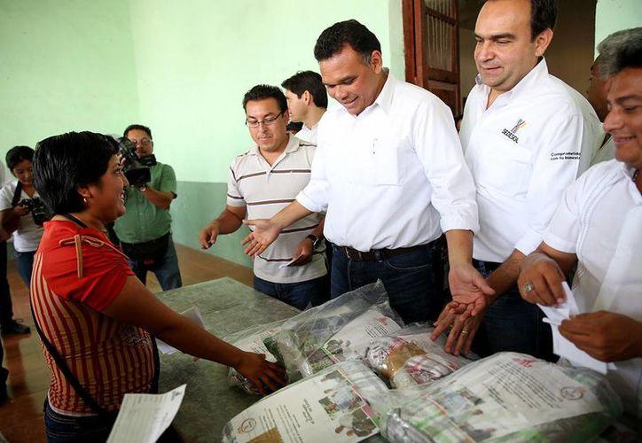El gobernador Rolando Zapata Bello en una de las actividades que encabezó este domingo. (SIPSE)