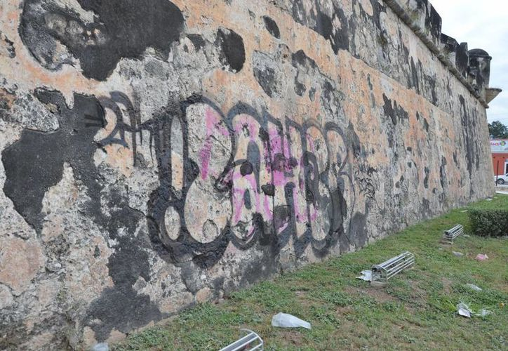 El procurador del estado, Arturo José Ambrosio Herrera, dijo que la pinta destructiva en el baluarte de Santa Rosa, Campeche, ocurrió el 20 de enero. (Fotos: cortesía de Alan García)