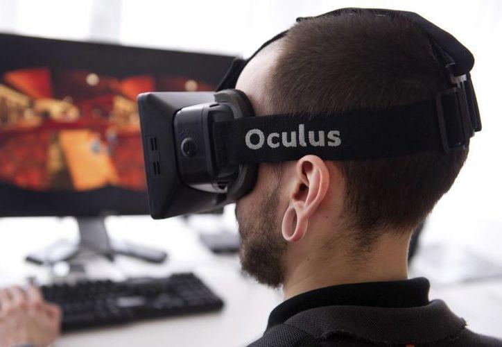 """Un hombre utiliza el """"Oculus Rift"""", un sistema de inmersión en realidad virtual, en la Semana Internacional del Videojuego en Berlín. (EFE/Archivo)"""