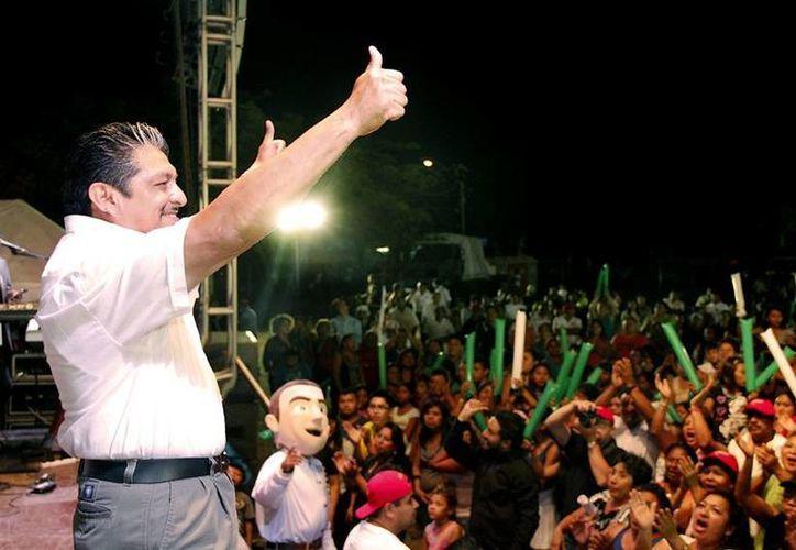 Antonio Homá, candidato del PRI a diputado por el VI Distrito, durante su cierre de campaña en Mérida, en el estacionamiento del Complejo Deportivo Kukulcán. (SIPSE)