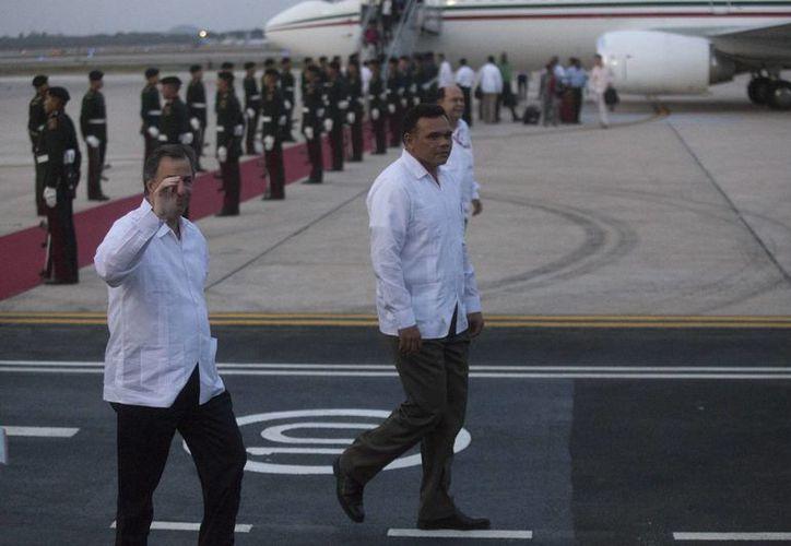 El canciller de México, José Antonio Meade, y el gobernador de Yucatán, Rolando Zapata Bello, en el aeropuerto durante la recepción de los visitantes del Caribe. (Mauricio Palos/SIPSE)