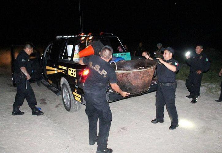 La policía estatal aseguró implemento para 'cocinar' pepino de mar, cuya pesca está prohibida en la entidad. Entre lo confiscados hay tanques de gas, calderas y neveras. (SIPSE)