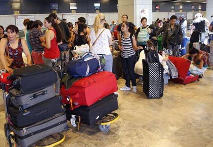 Los afectados compraron boletos de avión 'sujetos a espacio' y es de uso exclusivo del personal de la aerolínea o familiares y depende de la disponibilidad de plaza. (Milenio)