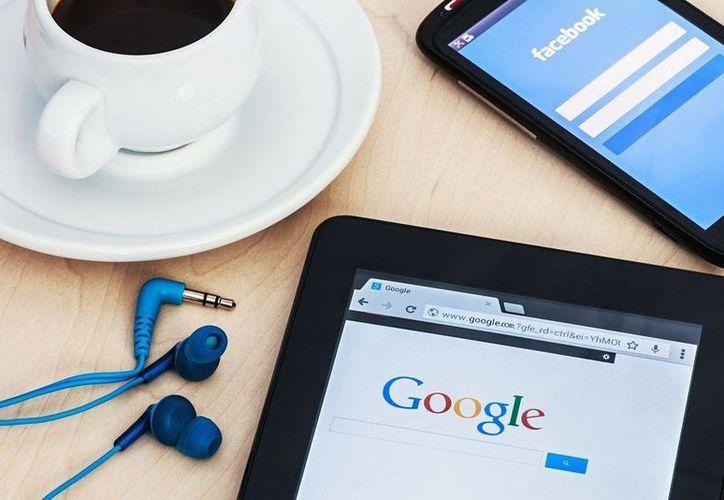 Un experto asegura que tanto Google como Facebook han tomado una posición altamente política. (gadzetomania.pl)