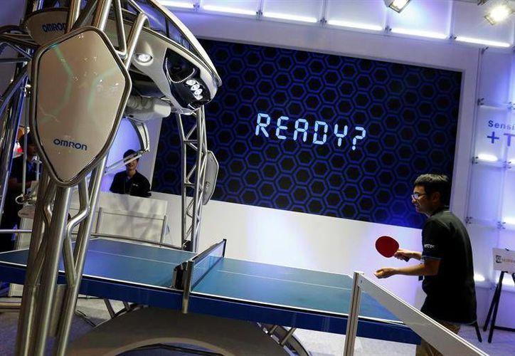 El robot mide 2.7 metros de altura y tiene la  forma de araña de tres patas que ayuda a mejorar el ritmo de juego ante su oponente en turno.(EFE)