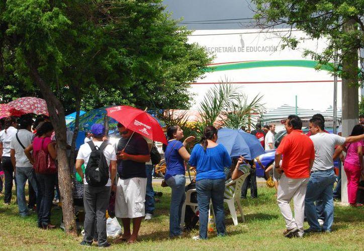 Más de mil docentes se aglomeraron en el camellón y la acera que queda enfrente de las instalaciones de la SEQ. (Tomás Álvarez/SIPSE)