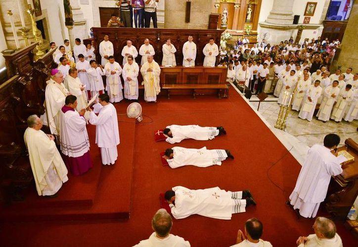 El Arzobispo de Yucatán ordenó sacerdotes a los jóvenes José Guillermo Loria Vidal, Luis Miguel Polanco Noh y Ricardo Alejandro Sabido Fernández. (Luis Pérez/SIPSE)