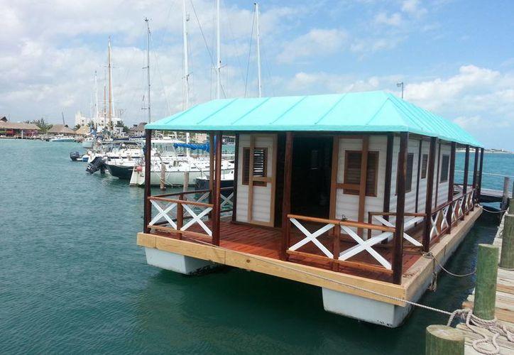A esta peculiar 'casa' se le puede ver navegar en las inmediaciones de la bahía de Cancún e Isla Mujeres. (Jesús Tijerina/SIPSE)