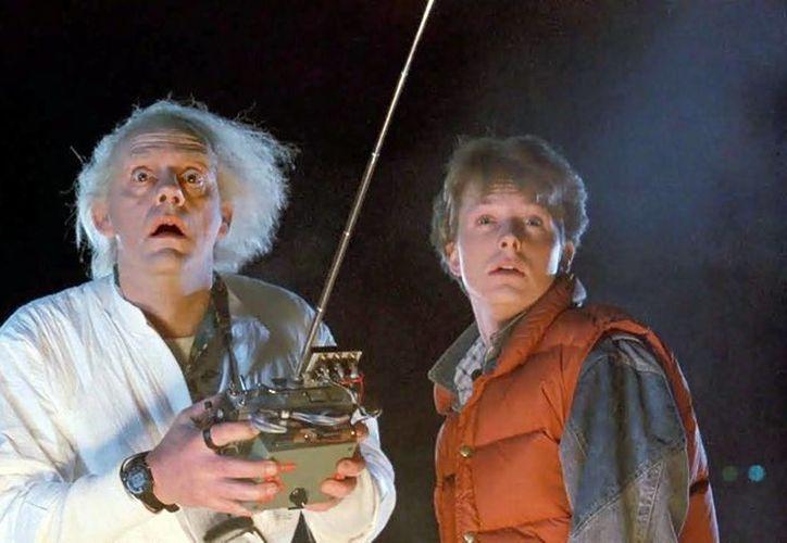 Con el reestreno de la saga de Volver al Futuro se celebra los 30 años del estreno. Imagen de los protagonistas  'Marty' (Michael J. Fox) y 'Emmett Brown' (Christopher Lloyd). (Agencias)