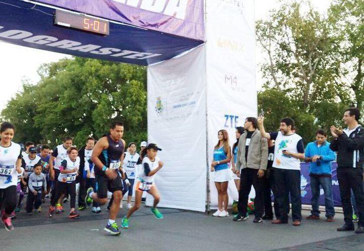Salida de más de 600 corredores de la Carrera de Telcel en el Paseo de Montejo. (Milenio Novedades)