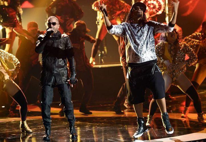 Yandel (i) y Lil Jon durante su actuación en la entrega de los Latin American Music Awards, cuyo gran ganador fue Enrique Iglesias, que se llevó los premios en las 5 categorías en las que estaba nominado. (AP)