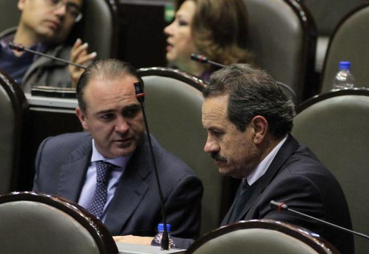 El coordinador de los diputados federales del PAN, Luis Alberto Villarreal y el diputado Juan Bueno durante la aprobación del Presupuesto 2014. (Notimex)