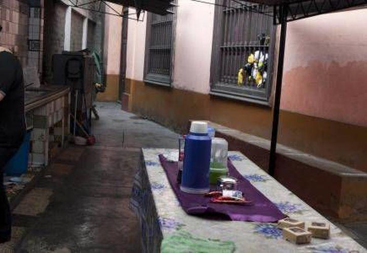 La alemana Nicole Bartscher prepara tortas para vender en el convento de Lima donde se refugió tras quedar en libertad bajo palabra luego de cumplir parte de su pena por hacer de mula. (Agencias)