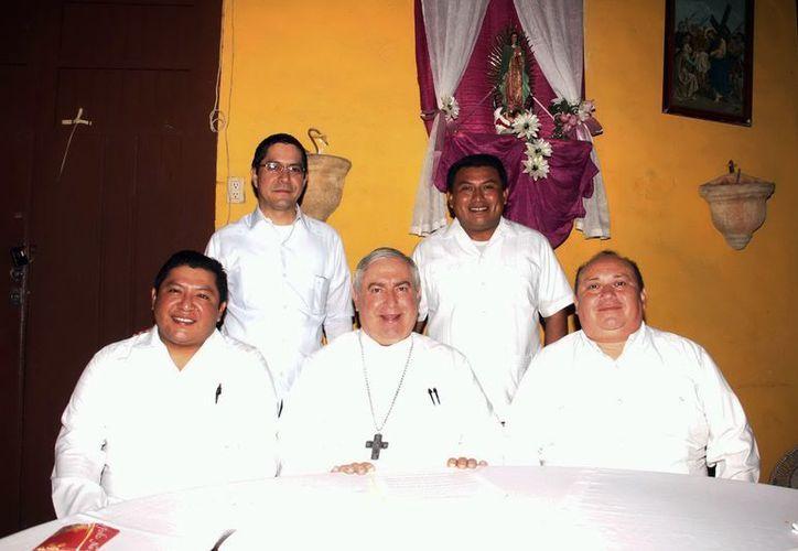 El Arzobispo con el grupo de sacerdotes que ofreció el tradicional desayuno a los reporteros. (Juan Albornoz/SIPSE)