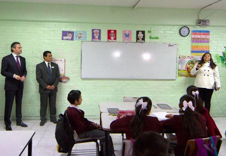 Imagen del Secretario de Educación Pública, Aurelio Nuño Mayer, durante una visita a la Escuela Primaria Rodolfo Menéndez, como parte del programa 'Escuelas al Cien'. (Archivo/Notimex)