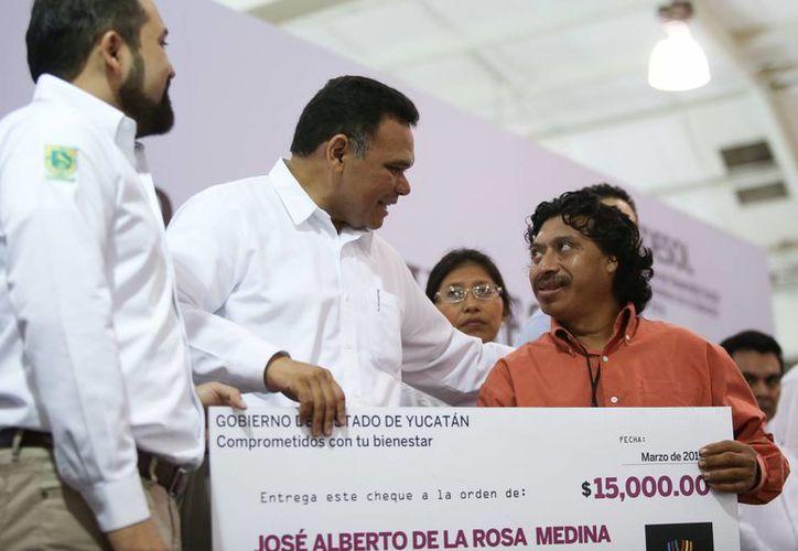 El gobernador Rolando Zapata Bello entrega un apoyo a uno de los beneficiarios de créditos sociales. (SIPSE)