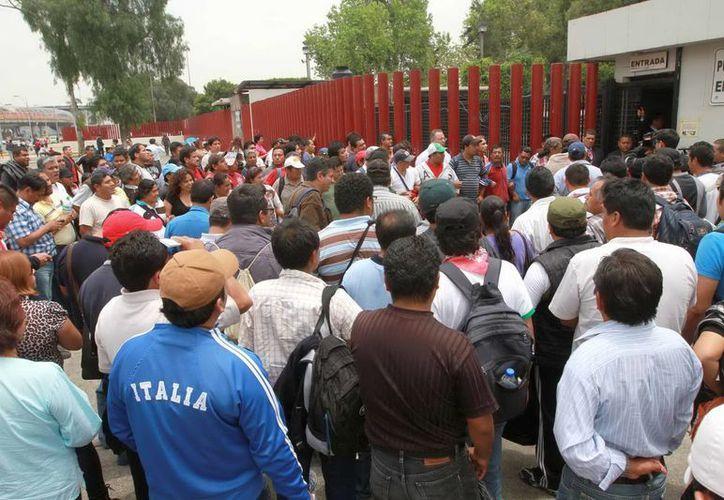 Integrantes de la Coordinadora Nacional de Trabajadores de la Educación (CNTE) protestan frente al Palacio Legislativo de San Lázaro. (Notimex)