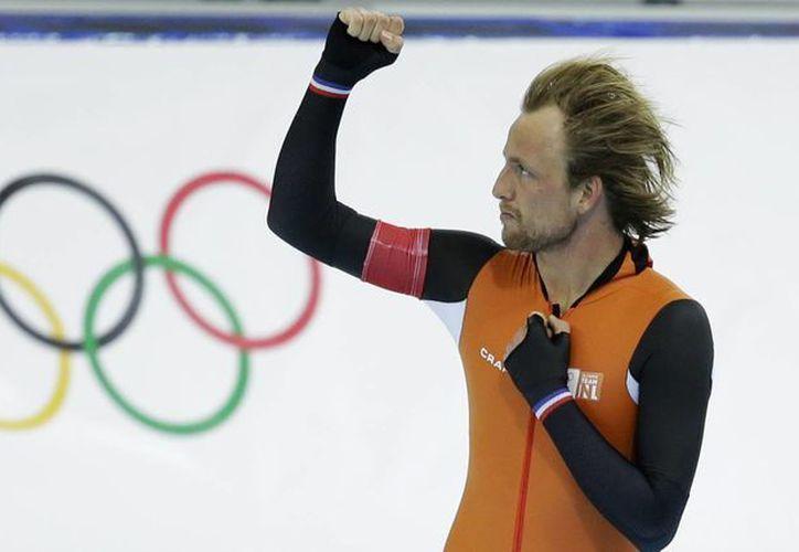 Michel Mulder se colgó el oro de la competencia al cronometrar 69.312 segundos luego de las dos carreras, en patinaje de velocidad 500 metros. (Agencias)
