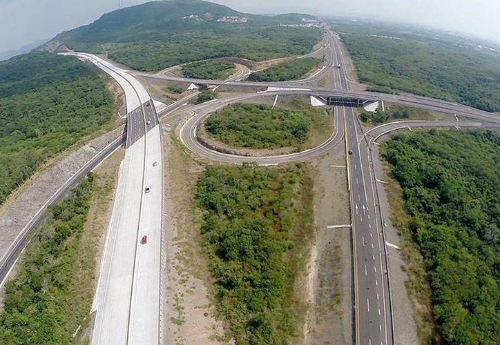 Libramiento de Mazatlán, inaugurado por Enrique Peña nieto, evita que vehículos y transporte de carga, crucen por las vialidades urbanas de Mazatlán.  (@PresidenciaMX)