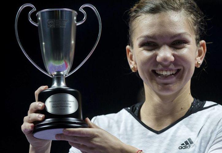 La rumana Simona Halep, finalista en el torneo de la WTA en Singapur, sostiene el trofeo al segundo lugar. Hoy es la tercera mejor tenista del planeta. (Foto: AP)