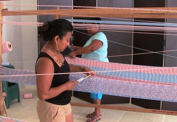 Mujeres de zonas rurales aprenden el urdido de hamacas con letras y dibujos. (Contexto/Internet)