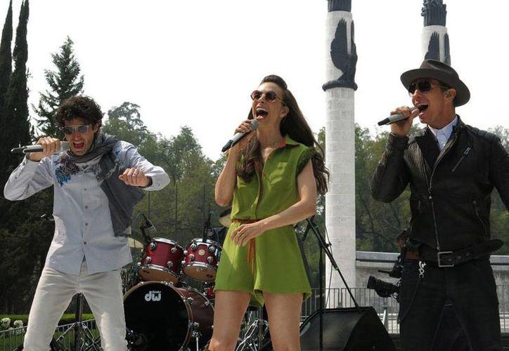 Los ex Timbiriches Sasha, Benny y Eric presentaron su nuevo disco 'Vuelta al Sol' frente al Monumento a los Niños Héroes en Chapultepec. (AP)