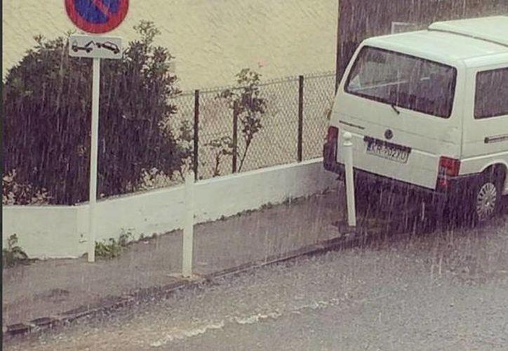 Los meteorólogos dijeron que las lluvias y vientos continuarán por ahora. (Twitter/@BotGCrise)
